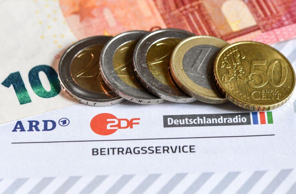 18,36 Euro monatlich – auf dieses Niveau soll der Rundfunkbeitrag nach Meinung einer Expertenkommission steigen. Foto: dpa/Jens Kalaene