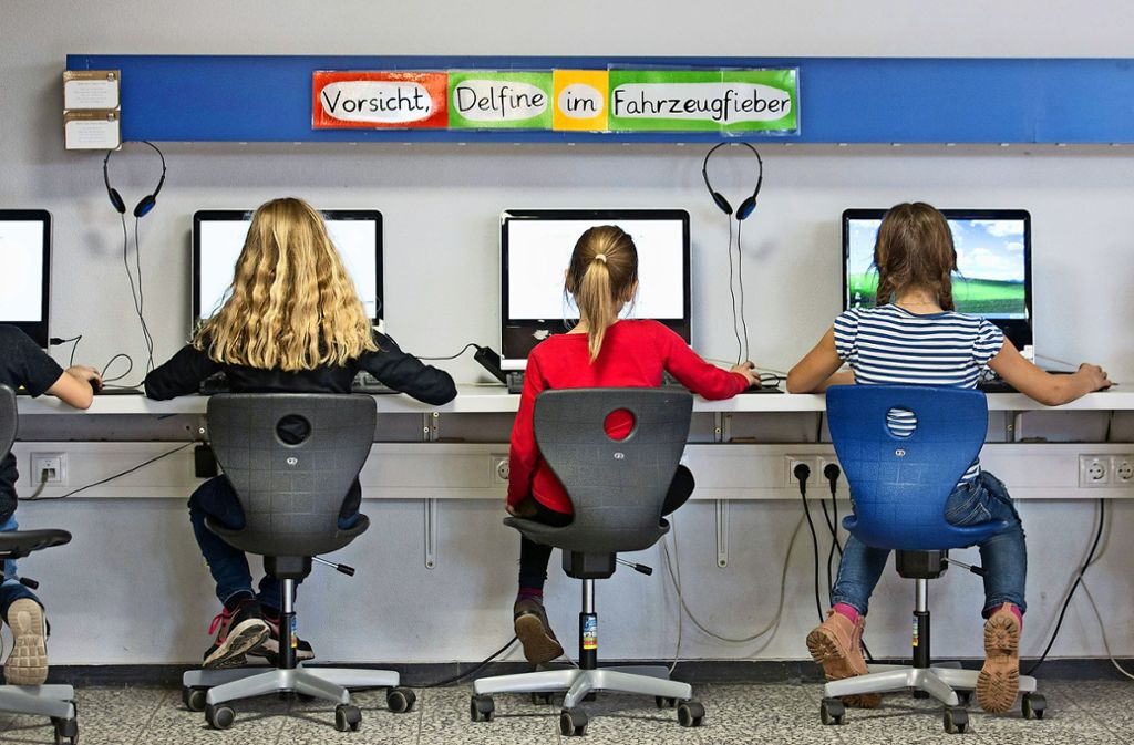 Modernes Lernen: Schüler arbeiten im Klassenraum einer Grundschule an Computern. Foto: dpa