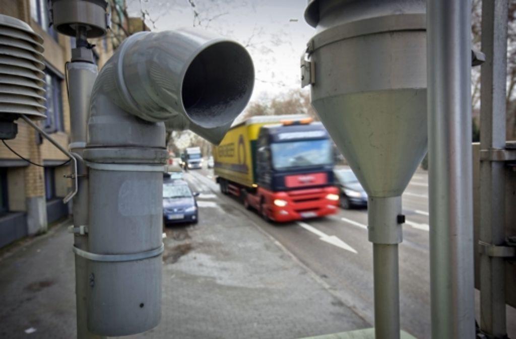 Am Neckartor soll rasch weniger Feinstaub gemessen werden, fordern die Umweltverbände. Foto: dpa