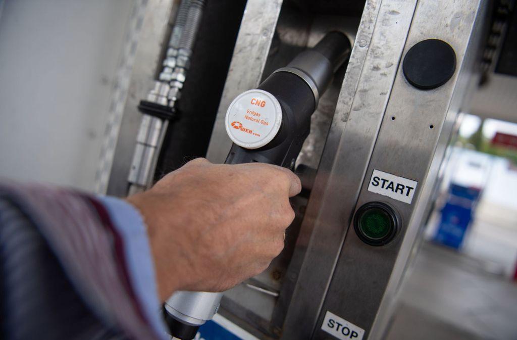 Der Zapfhahn an einer Erdgas-Tankstelle: mithilfe von regenerativen Energien gewonnener Kraftstoff könnte in modernen Verbrennungsmotoren ohne Probleme eingesetzt werden. (Symbolbild) Foto: dpa
