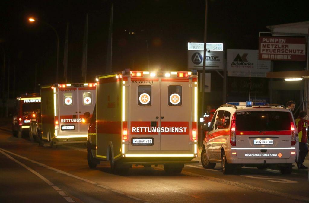 Rettungsfahrzeuge stehen am 18. Juli an einer Straßenabsperrung in Würzburg, nachdem ein Mann in einem Regionalzug Reisende angegriffen hat. Foto: dpa