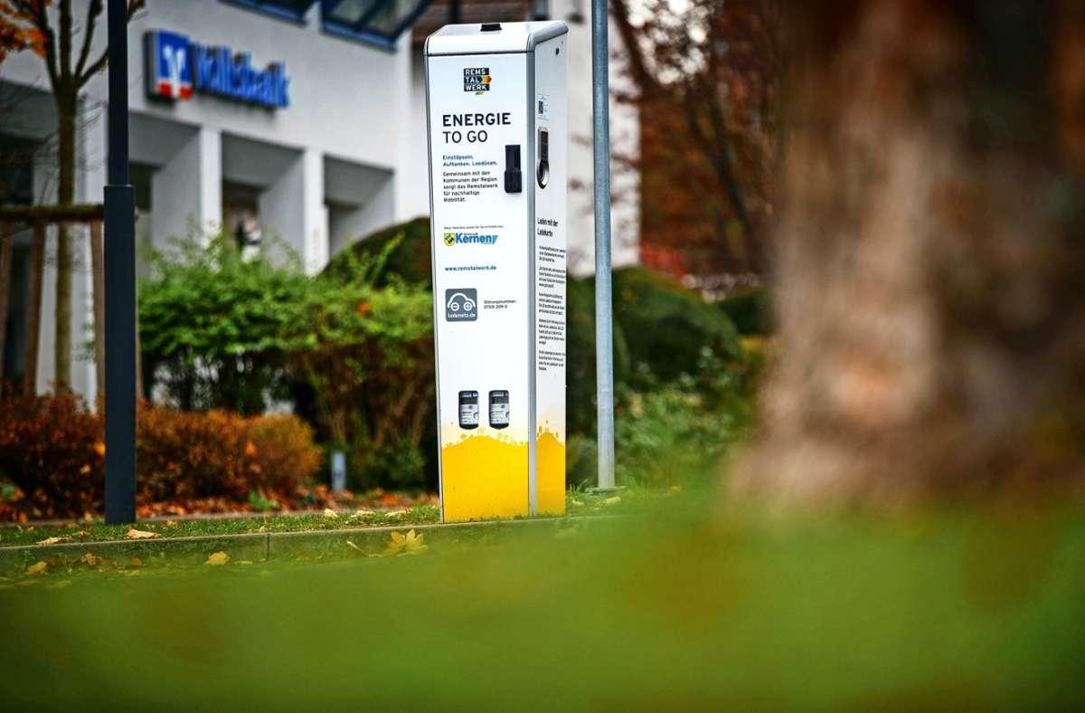Eine Ladesäule für Elektrovehikel gibt es Kernen schon, weitere sollen bald folgen. Foto: Gottfried Stoppel