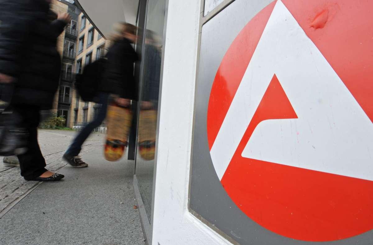 Am Eingang zu Agentur für Arbeit in Freiburg (Symbolbild). Foto: dpa/Patrick Seeger