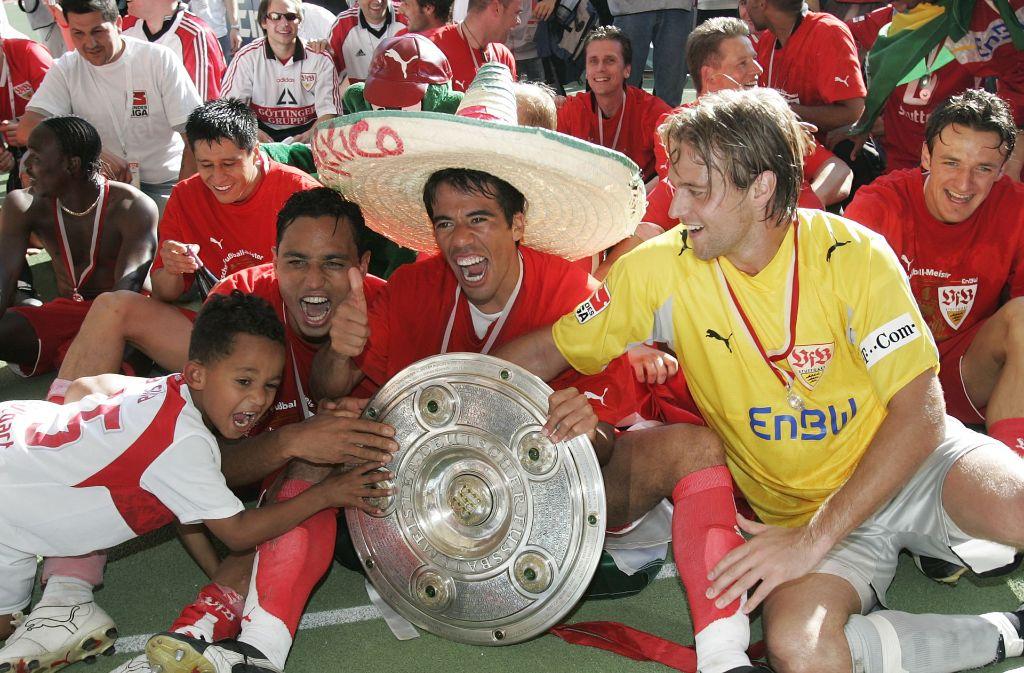 Timo Hildebrand bejubelt mit Pavel Pardo (Mitte) und Antonio da Silva (links) den Meistertitel 2007 mit dem VfB Stuttgart. Foto: AP