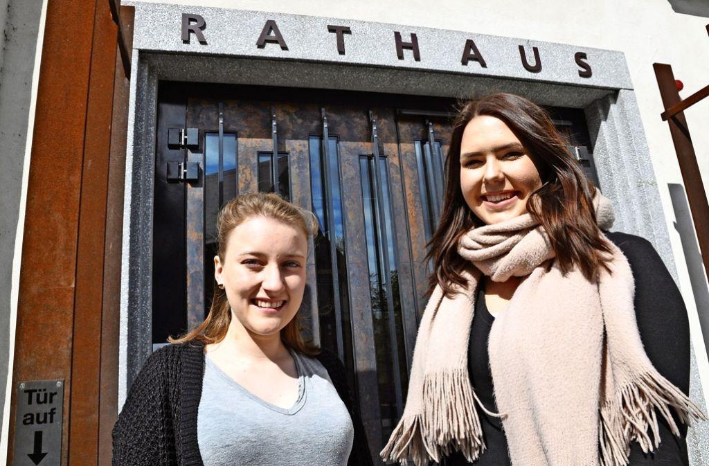 Seit September 2015 kümmern sich Anna Pinnow (links) und Cassandra von Stachelsky  im Bad Cannstatter Bezirksrathaus um den Jugendrat, um das Kinocafé, die Local-Career-Messe –  und inzwischen auch um die Lange Ost-Nacht. Foto: Claudia Leihenseder