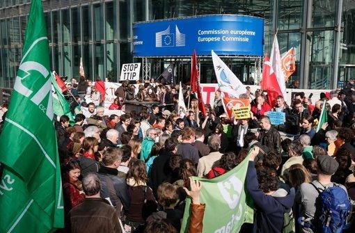 Hunderte von Menschen demonstrieren im März in Brüssel gegen das geplante Transatlantische Freihandelsabkommen. Foto: EPA