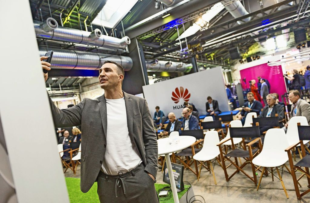Kurzer Gruß für seine Follower: Wladimir Klitschko meldet sich von der Digital X in Stuttgart in den sozialen Netzwerken. Foto: