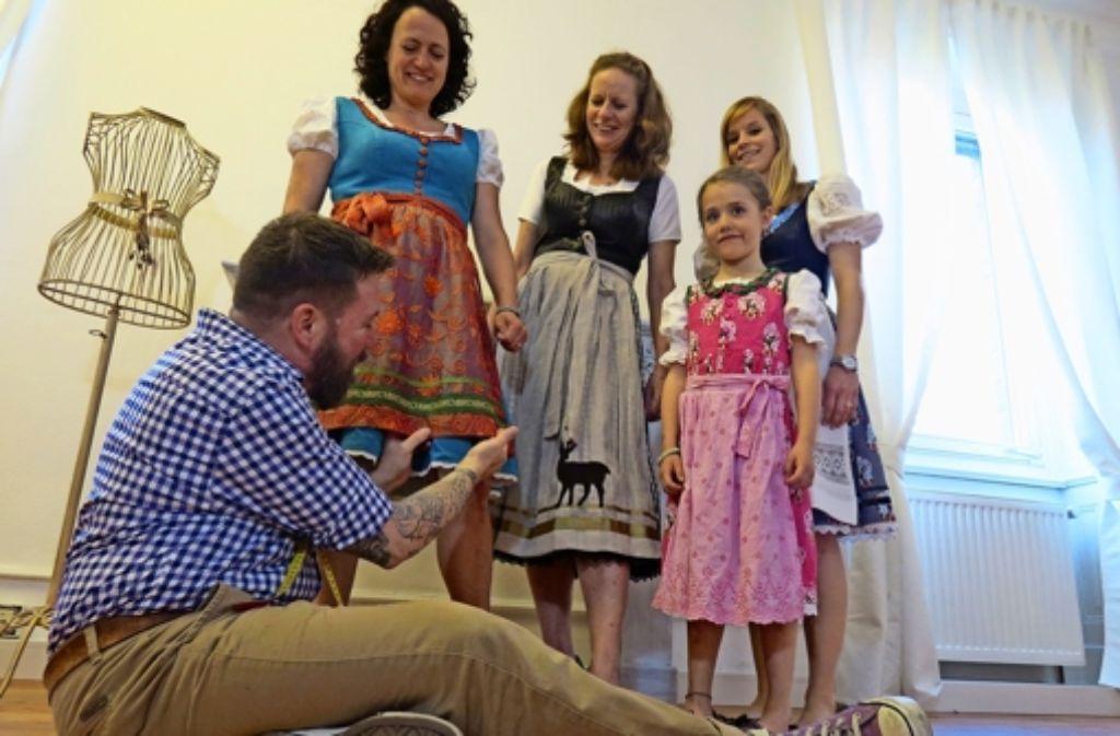 Michael Stocker mit seinen jüngsten Kreationen und deren stolzen Trägerinnen. Foto: Julia Barnerßoi