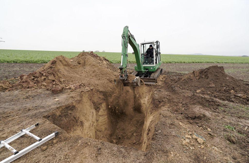 Dann schaufelten die Bombenentschärfer das große Loch im Feld wieder zu. Foto: factum