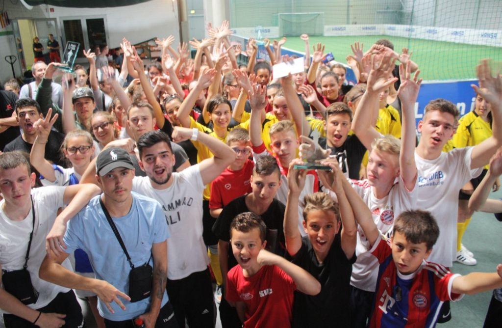 Bei unserem Schulfußball-Turnier sind Stimmung, Hände und Trophäen oben. Foto: Eva Herschman