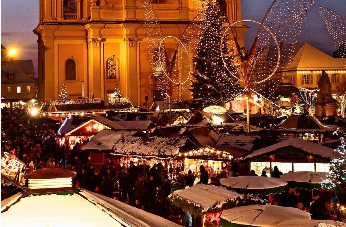 Selbst wenn die Weihnachtsmeile stattfinden wird, so dicht dürfen die Stände nicht stehen – und die Gastro-Angebote müssen am Rand bleiben. Foto: factum/Archiv