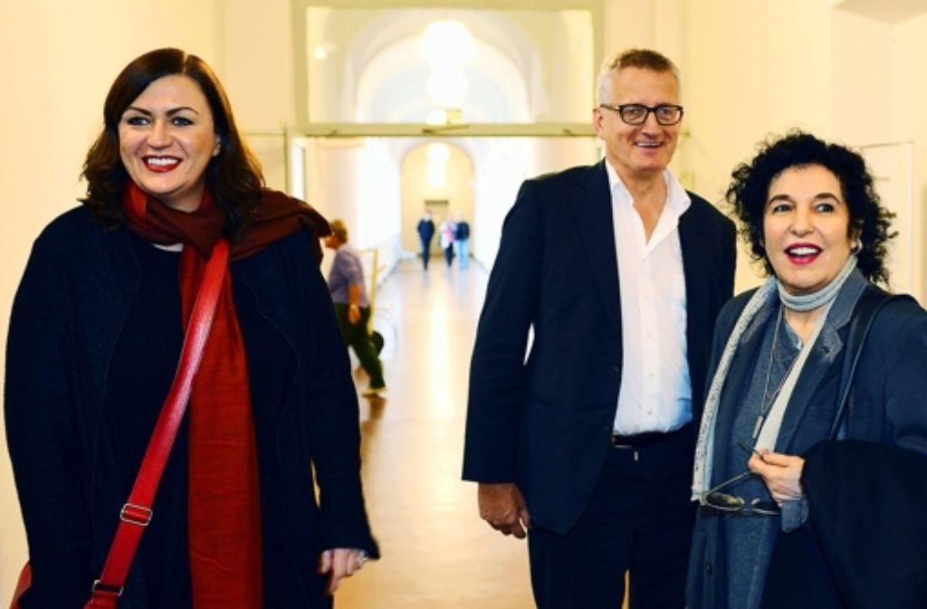 Erleichtert: die Pressesprecherin Tanja Postpischil (links), der Geschäftsführer Thomas Spaar und Ulla Unseld-Berkéwicz Foto: