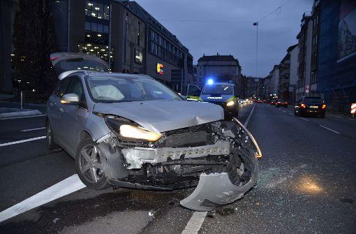 Unfall fordert vier Verletzte und hohen Schaden