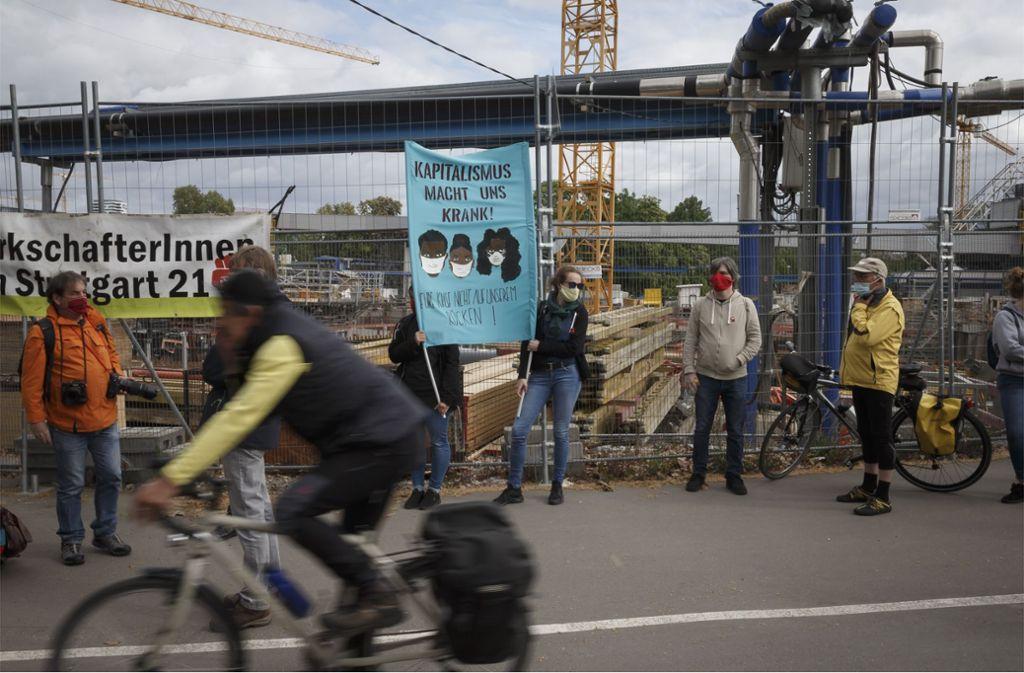 Rund 100 Teilnehmer demonstrieren vor dem Bauzaun. Foto: Lichtgut/Julian Rettig