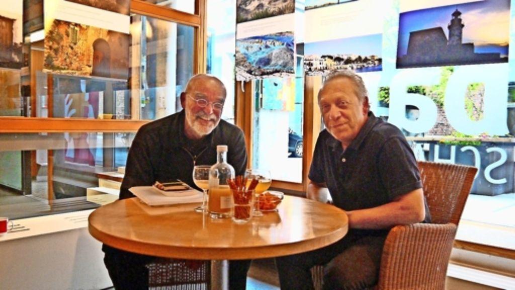 Bernd Lange (links) und Mehmet Werner stellen zum ersten Mal gemeinsam aus. Seit Anfang der Woche hängen ihre Fotografien im Café Nachbarschafft. Foto: Nina Ayerle