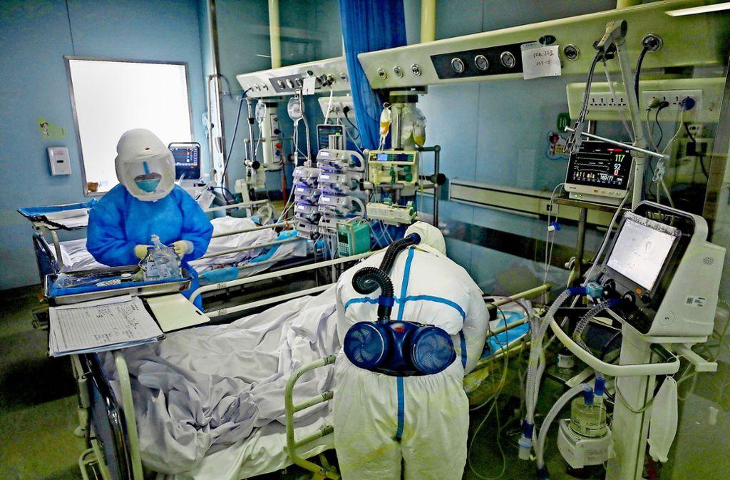 Medizinisches Personal untersucht den Zustand eines Patienten in Wuhan. Foto: dpa