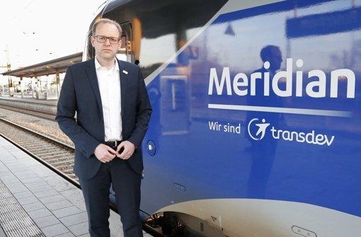 Bernd Rosenbusch, Geschäftsführer der Bayerischen Oberlandbahn (BOB), steht  am Bahnhof von Rosenheim (Bayern) nach der Fahrt des ersten Meridian-Zuges nach dem schweren Zugunglück bei bad Aibling vor dem Triebwagen. Foto: dpa