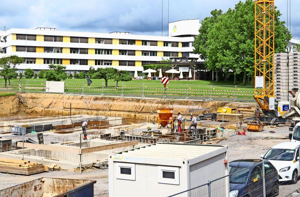 Wachsender Medizinstandort Leonberg: Vor dem Krankenhaus wird das private Strahlentherapiezentrum gebaut. Foto: factum/Granville