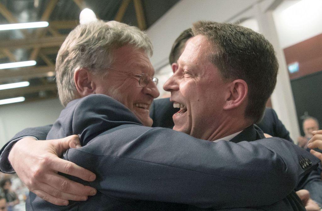 Der neugewählte AfD-Landessprecher Ralf Özkara (rechts) und der AfD-Fraktionsvorsitzende Jörg Meuthen jubeln beim Landesparteitag. Foto: dpa