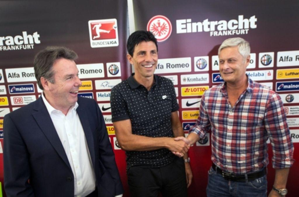 Sportdirektor Bruno Hübner (Mitte) mit dem neuen Chef-Trainer von Eintracht Frankfurt Armin Veh (rechts) und dem Vorstandsvorsitzenden Heribert Bruchhagen (links). Foto: dpa