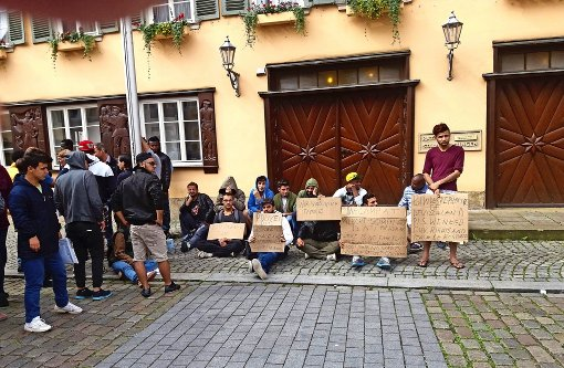 Flüchtlinge protestieren vor dem Rathaus