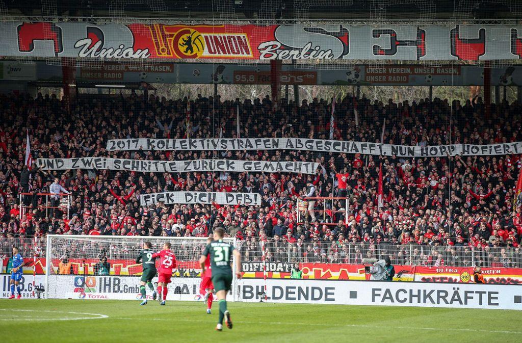 Auch bei Union Berlin gab es Banner gegen Dietmar Hopp. Foto: dpa/Andreas Gora