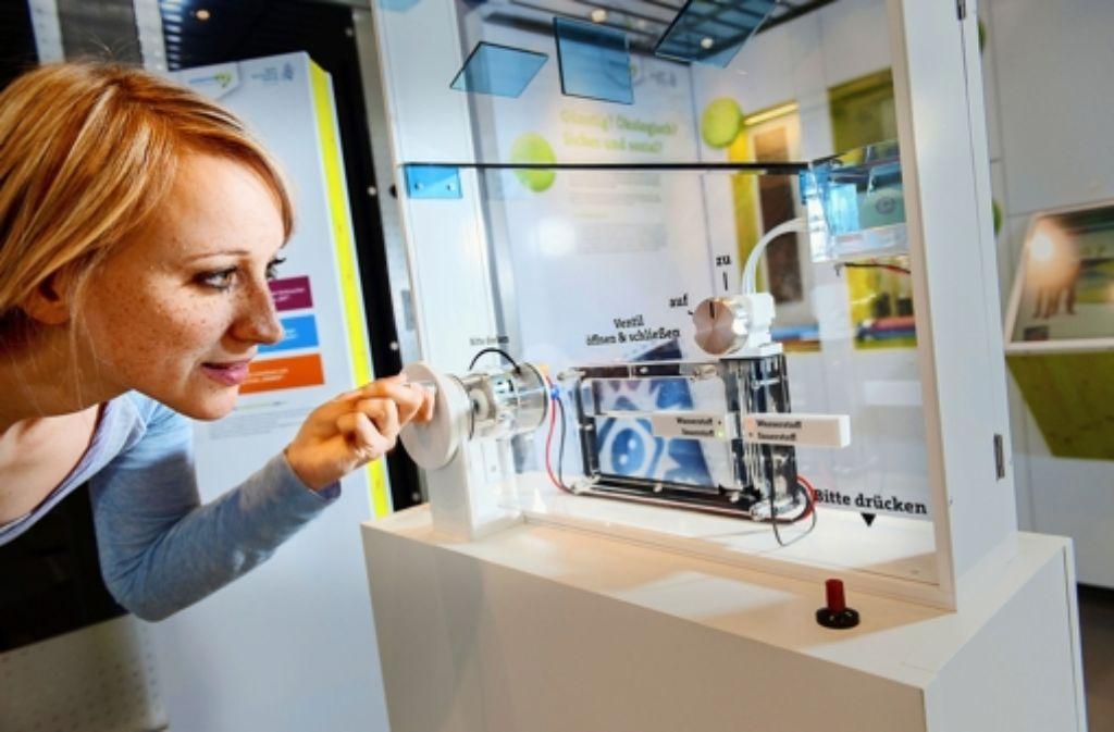 Strom kann man im Experiment auch mit der Handkurbel erzeugen. Foto: