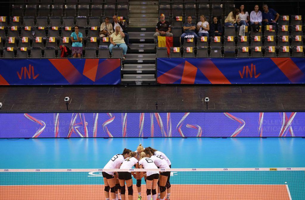 Ein Team, wenig Zuschauer: Bei den Spielen der deutschen Volleyballerinnen in der Nations League bleiben in Stuttgarts Porsche-Arena viele Sitzplätze leer. Foto: Baumann