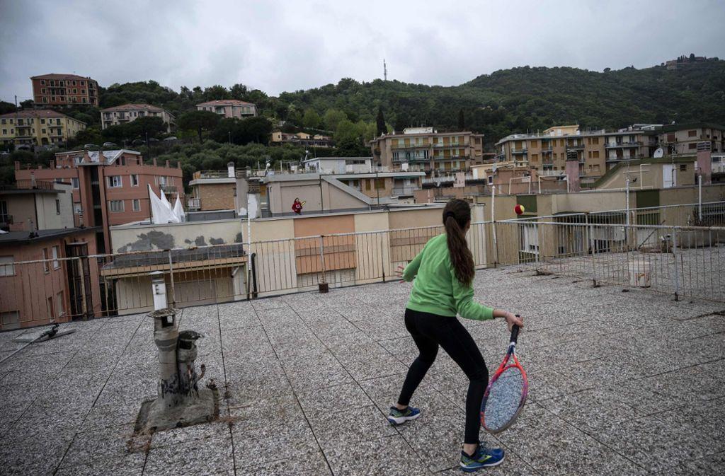 Hier ist Präzision gefragt, denn viel Platz zum Aufprallen hat der Ball nicht. Foto: AFP/MARCO BERTORELLO