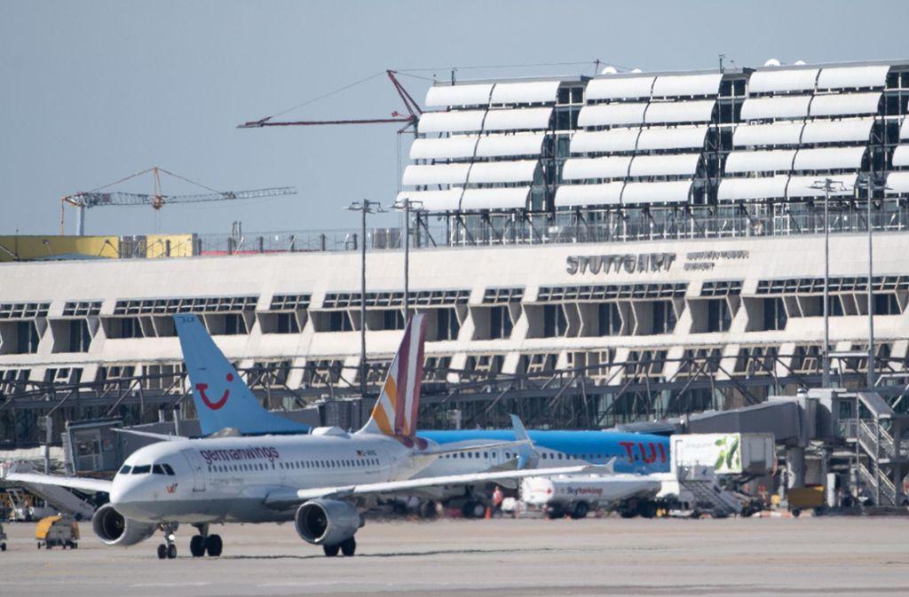 Auf dem Flughafen Stuttgart stehen zahlreiche Flugzeuge am Boden. Foto: dpa/Marijan Murat
