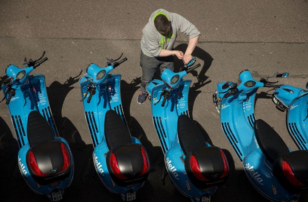 Die blauen Stelle-Elektroroller stehen in der Stadt bereit – aber nicht für Diebe. Foto: Lichtgut/Leif Piechowski