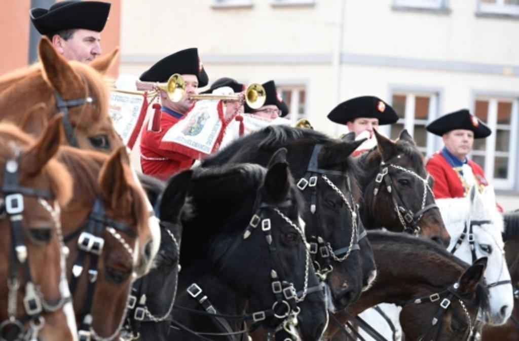 In historischen Kostümen sitzen in Ellwangen Mitglieder der Bürgergarde auf ihren Pferden. Foto: dpa