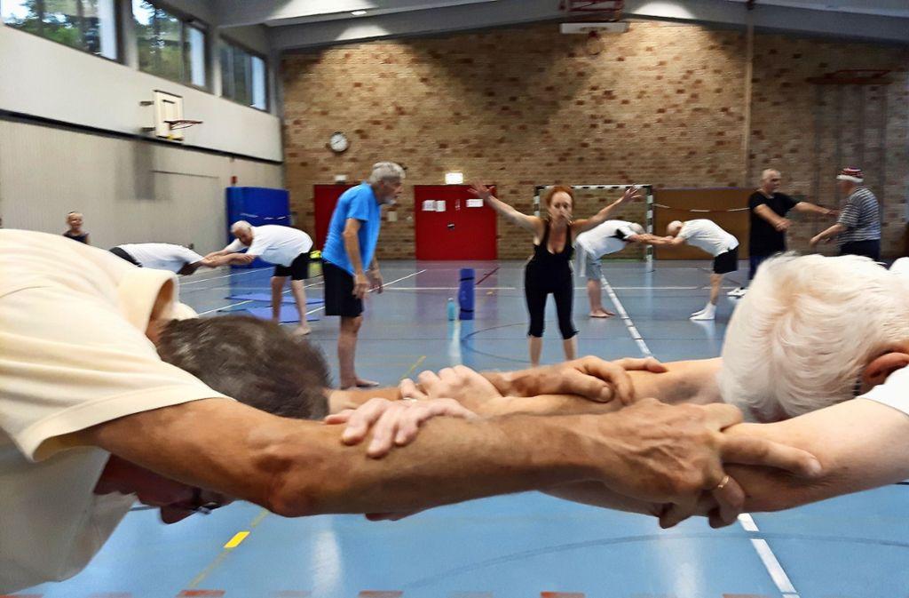 Die Sopranisten Gudrún Ingimarsdóttir zeigt den Senioren  wie Yoga geht. Foto: Eva Funke