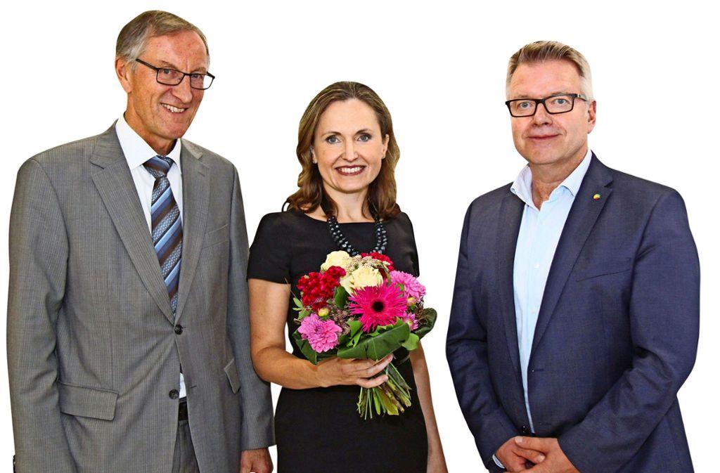 Roland Bernhard (l.) und Jörg Noetzel  begrüßen Monica Christina Diac. Foto: Klinikverbund