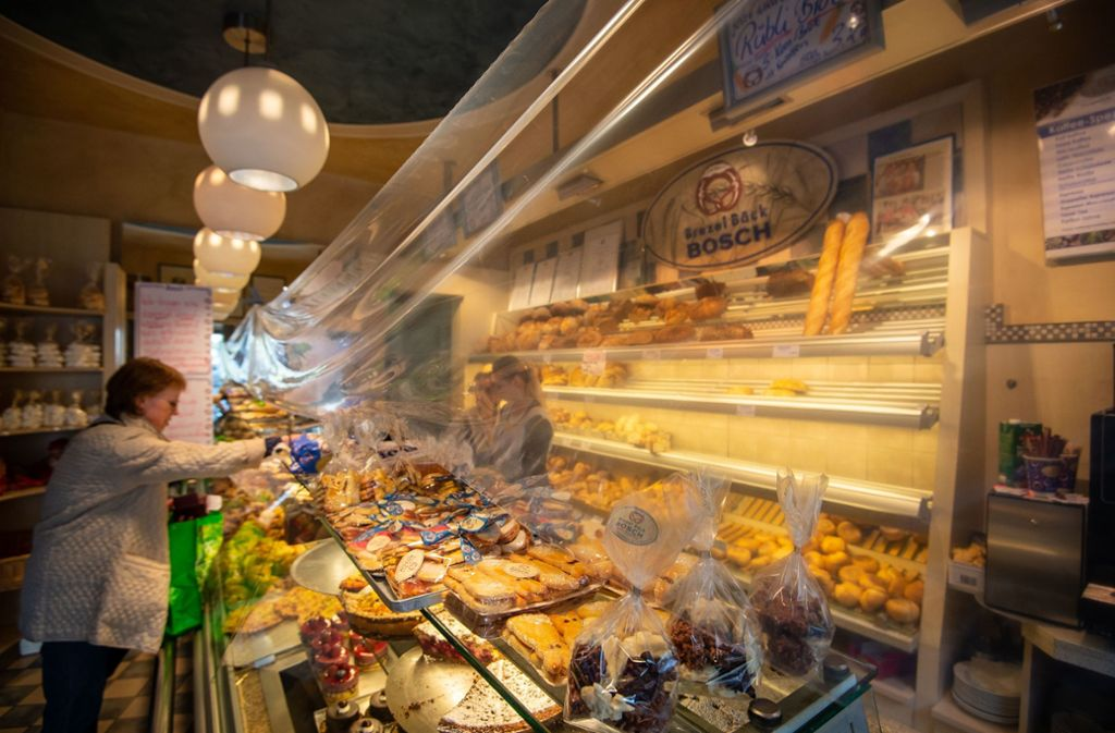 Bei der Bäckerei Bosch trennt eine Folie die Kunden vom Verkaufspersonal. Foto: Lichtgut/Leif Piechowski