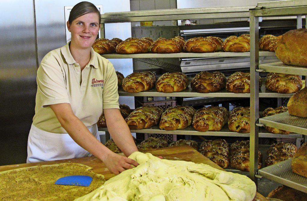 Bianca Stitz formt aus dem Teig-Klumpen  appetitliche Hefezöpfe. Foto: Götz Schultheiss