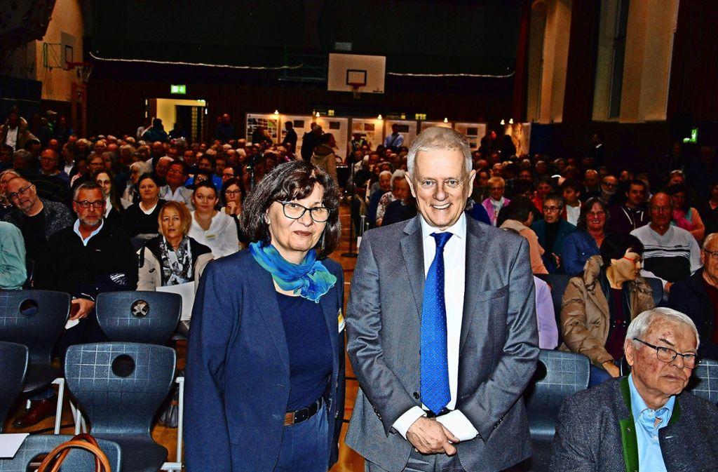 Bezirksvorsteherin Beate Dietrich begrüßte OB Fritz Kuhn zur Einwohnerversammlung Foto: Andreas Rosar Fotoagentur-Stuttgart