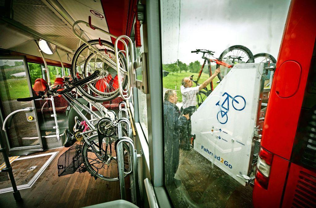 Auf inzwischen vier Linienbusrouten können im Rems-Murr-Kreis Fahrräder dank spezieller Halterungen mitgenommen werden. Foto: Gottfried Stoppel
