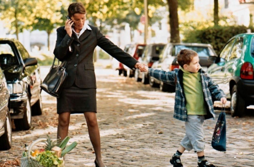 Arbeit, Haushalt und Erziehung unter einen Hut zu bringen, ist oft schwierig. Das gilt insbesondere für Foto: dpa