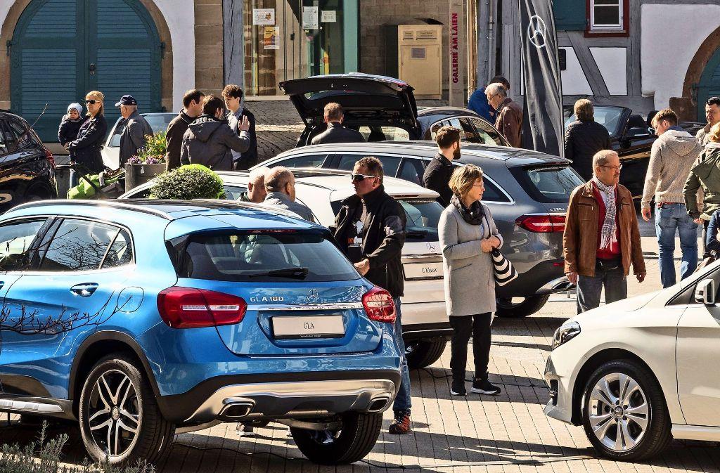 Welcher soll es denn sein? Die Auswahl in Ditzingen ist groß.Die Autoverkäufer hatten am Wochenende bei der Messe Ditzingen Mobil alle Hände voll zu tun. Das Interesse der Besucher an den verschiedenen Marken war groß. Foto: factum/Weise