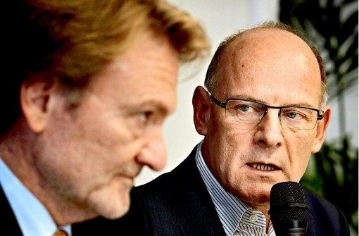 Verkehrsminister Winfried Hermann (rechts) will sich vom Bahn-Technikvorstand Volker Kefer erklären lassen, wie es zum Kostenanstieg gekommen ist. Foto: Heinz Heiss