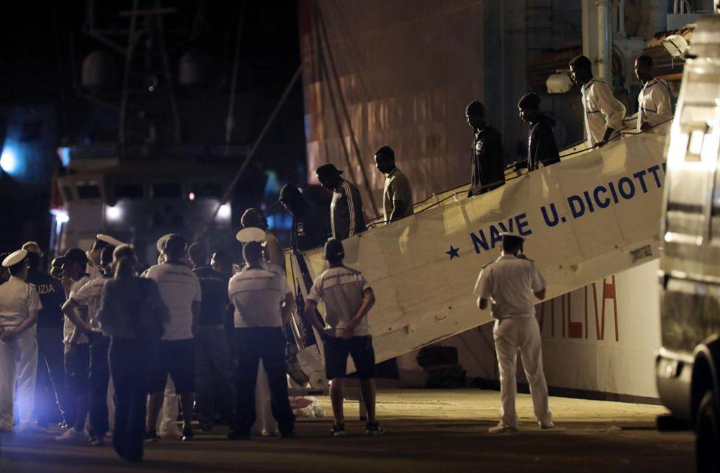"""Das Schiff """"Diciotti"""" der italienischen Küstenwache hat erst am Donnerstag in Sizilien anlegen dürfen. Foto: ANSA"""