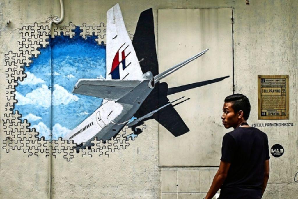 Ein Wandbild in der malaysischen Stadt Shah Alem zeigt das vermisste Flugzeug. Foto: dpa