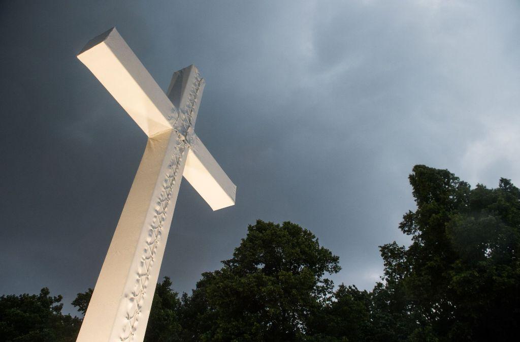 Im Zeichen des Kreuzes: Der Evangelische Kirchentag in Berlin lockt Zehntausende an, die Gemeinden vor Ort aber schrumpfen. Foto: dpa