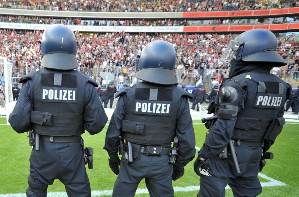 Bei Fußballspielen im Land hat es weniger Verletzte und Strafanzeigen gegeben. (Symbolfoto) Foto: dpa/Arne Dedert