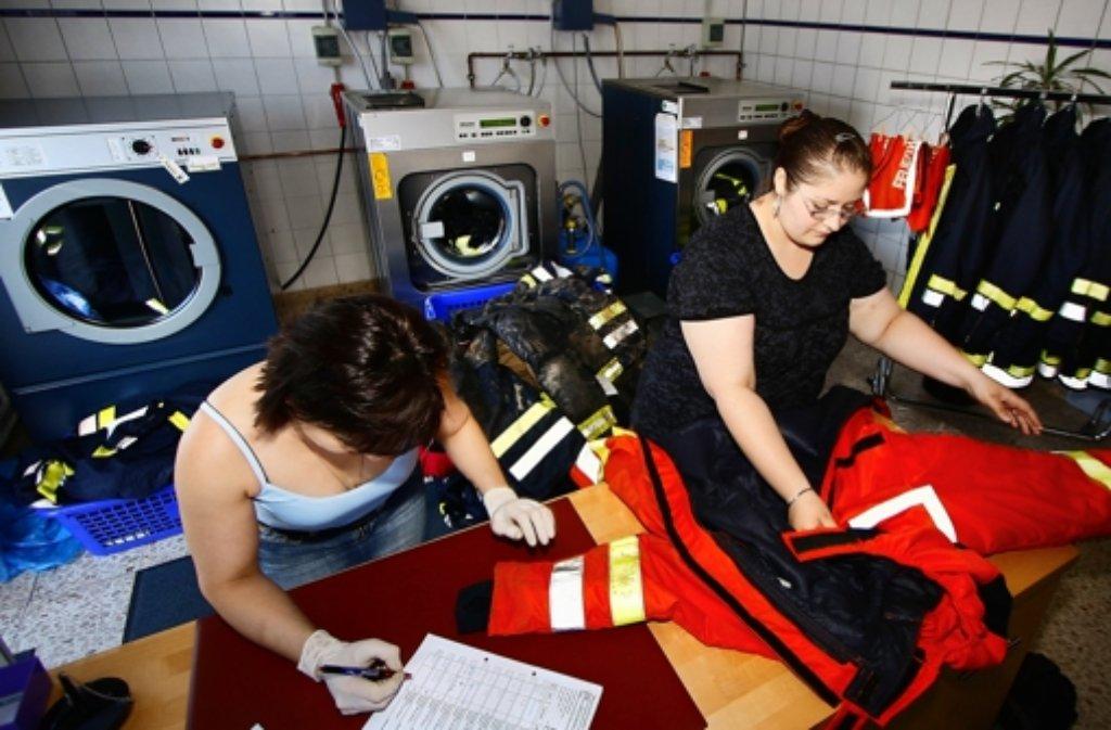 Bei der Renninger Beschäftigungsgesellschaft wurden Feuerwehr-Uniformen gewaschen, wie das Bild von 2010 zeigt. Foto: factum/Archiv