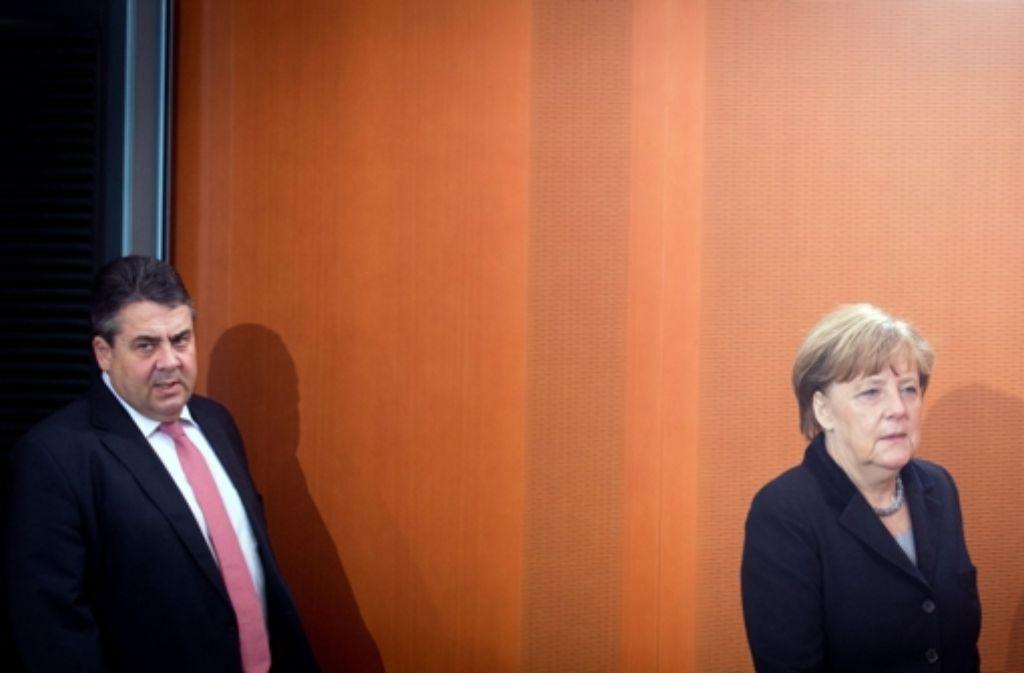 Die Harmonie ist dahin: SPD-Chef Gabriel will Angela Merkel in der Flüchtlingspolitik nicht mehr folgen. Foto: dpa