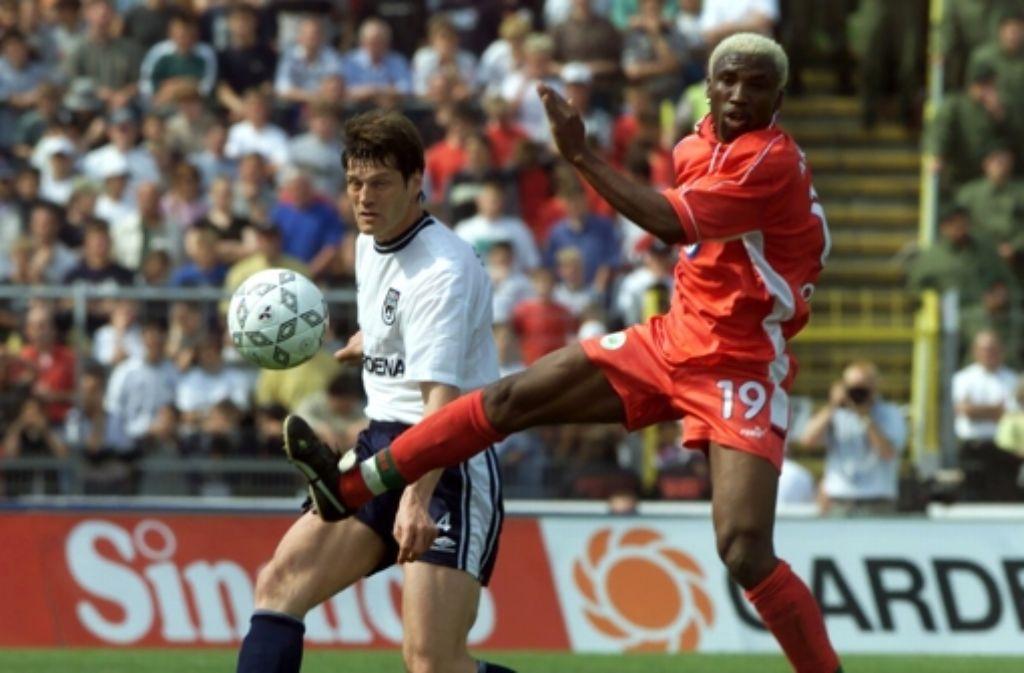 Das waren noch Zeiten: der SSv Ulm kämpfte 2000 in der Bundesliga – hier ein Duell des Ulmers Joachim Stadler mit dem Wolfburger Stürmer Jonathan Akpoborie. Foto: dpa