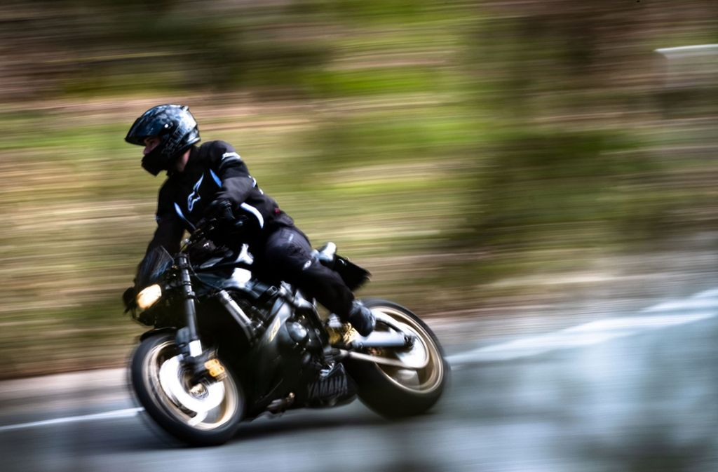 Viel zu schnell: Ein Motorradfahrer ist mit 110 Kilometern pro Stunde in einer 60er-Zone in eine Verkehrskontrolle geraten. (Symbolbild) Foto: dpa
