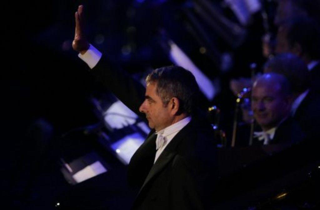 Rowan Atkinson alias Mr. Bean durfte bei der Eröffnungsfeier der Spiele das London Symphonic Orchestra unter der Leitung von Sir Simon Rattle am Klavier begleiten. Auch wenn es nicht zu mehr als einem Ton gereicht hat, begeisterte der Comedian mit seinen Slapstick-Einlagen das Publikum. Foto: dpa